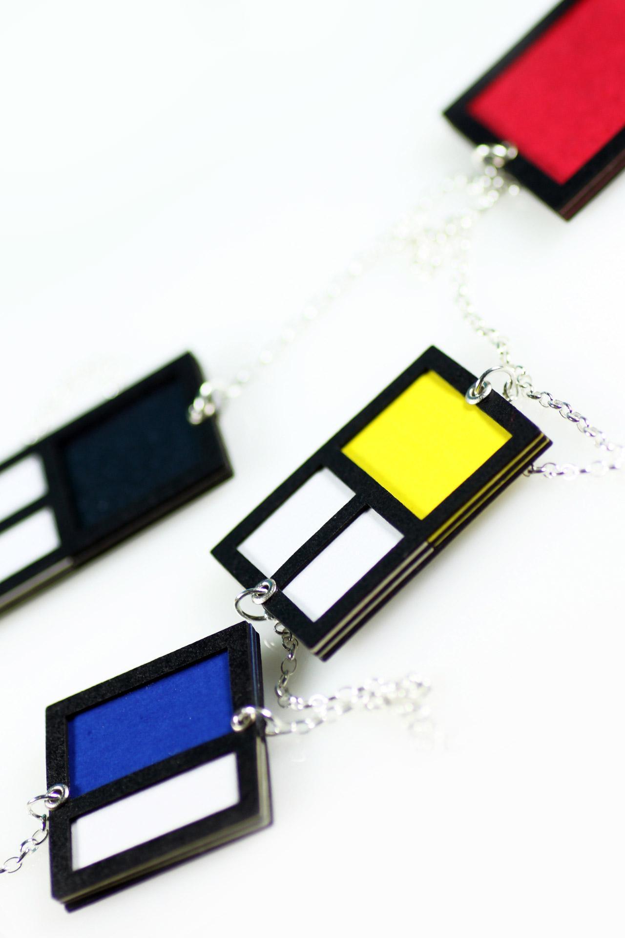 198dad007ca4 ... Detalle cadena barbada en plata y papel artesanal Modelo con collar  largo rojo amarillo azul ...