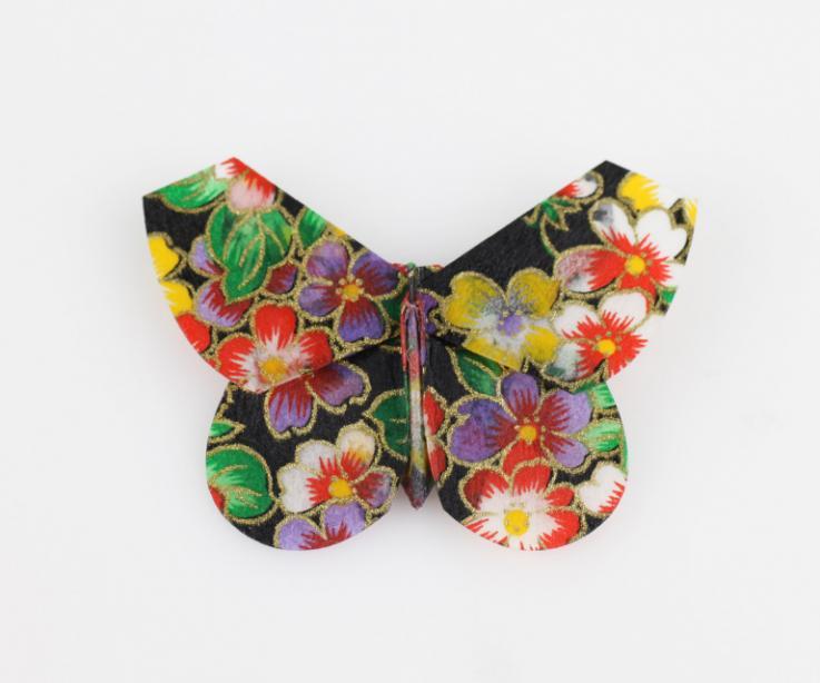 Broche de diseño mariposa de papel japonés, vista frontal
