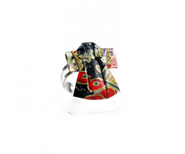 Sortija de plata con kimono de papel, vista en perspectiva frontal