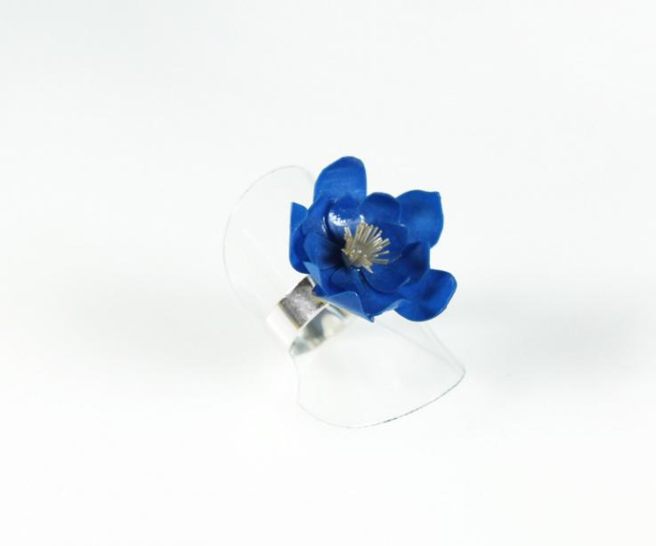 Ring of silver for woman with flower of water lily of blue color