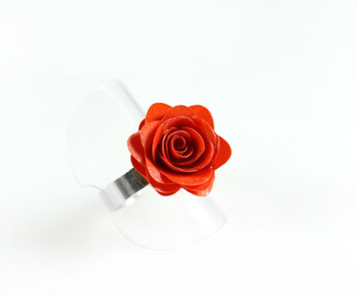 Handmade ring with rose made of paper and mounted in silver, perspective view
