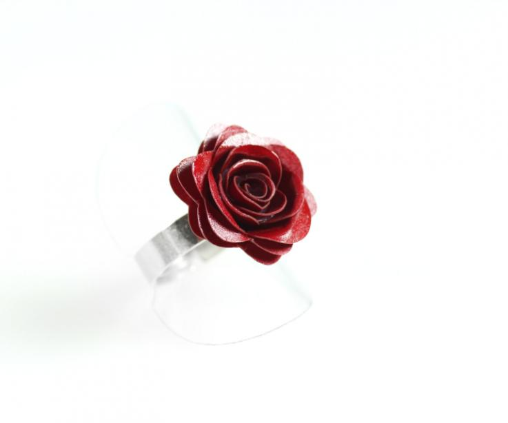 Handmade ring with rose shape and silver base