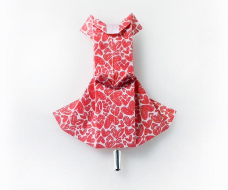 Broche de bisutería vestido de papel en rojo con corazones