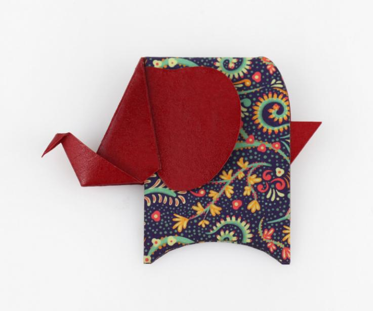 Broche con forma de elefante en color rojo
