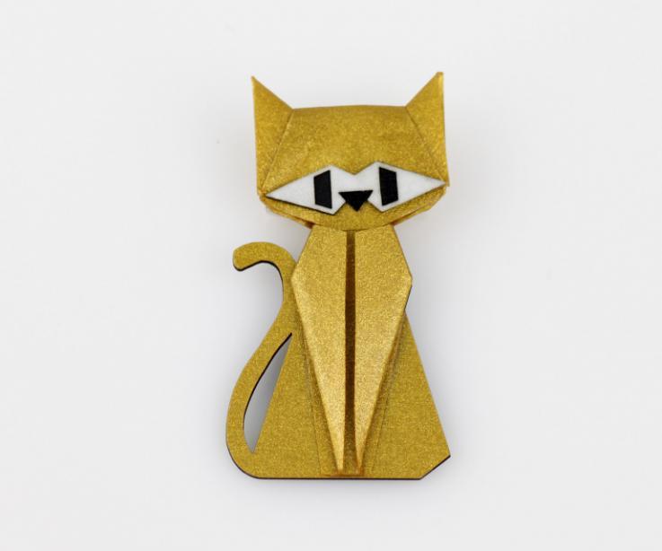 Broche con forma de gato en color dorado