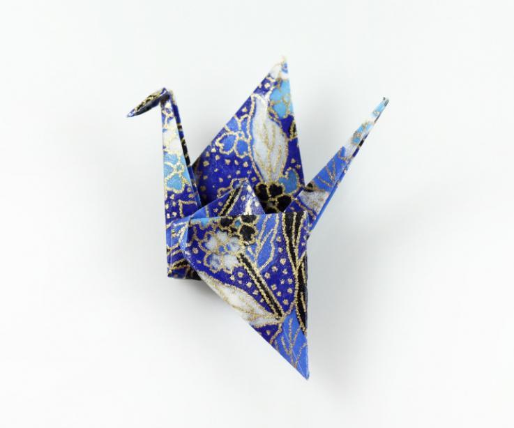 Broche grulla de origami con papel, vista frontal