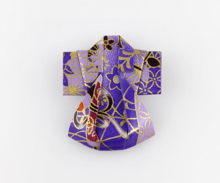 Broche kimono artesanal de papel doblado, vista frontal