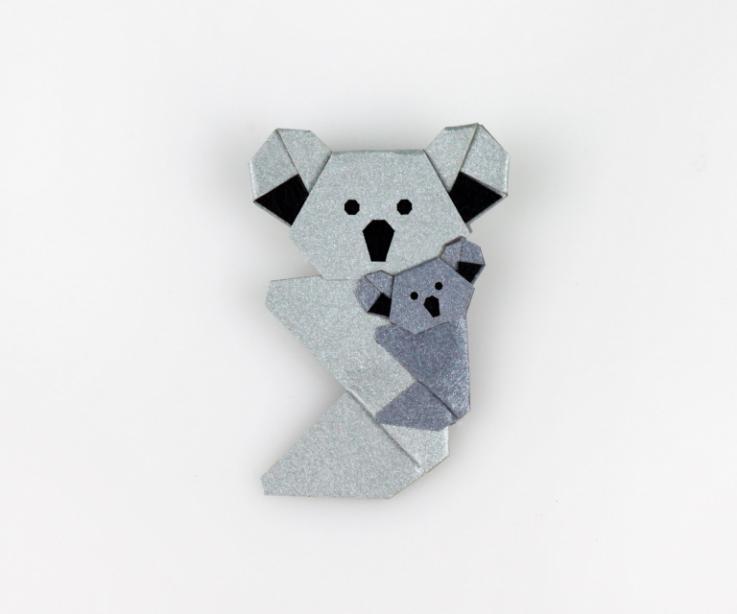 Imperdible con forma de una amorosa pareja de koalas símbolo de la maternidad y la protección realizados a mano y con el sello de Artesanía de Galicia