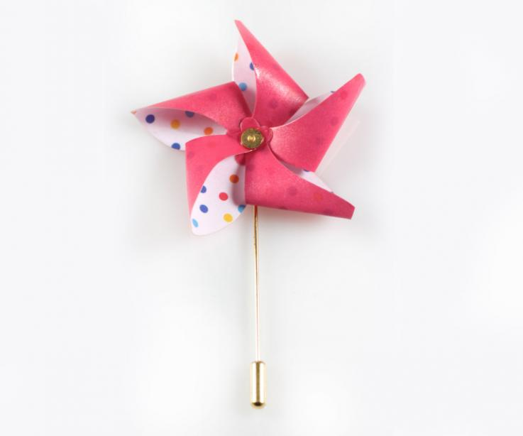 Brooch for woman with paper pinwheel, with needle closure
