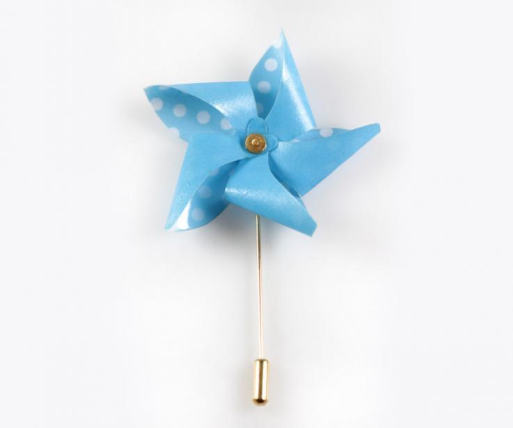 Pinwheel brooch with needle closure, women's accessory