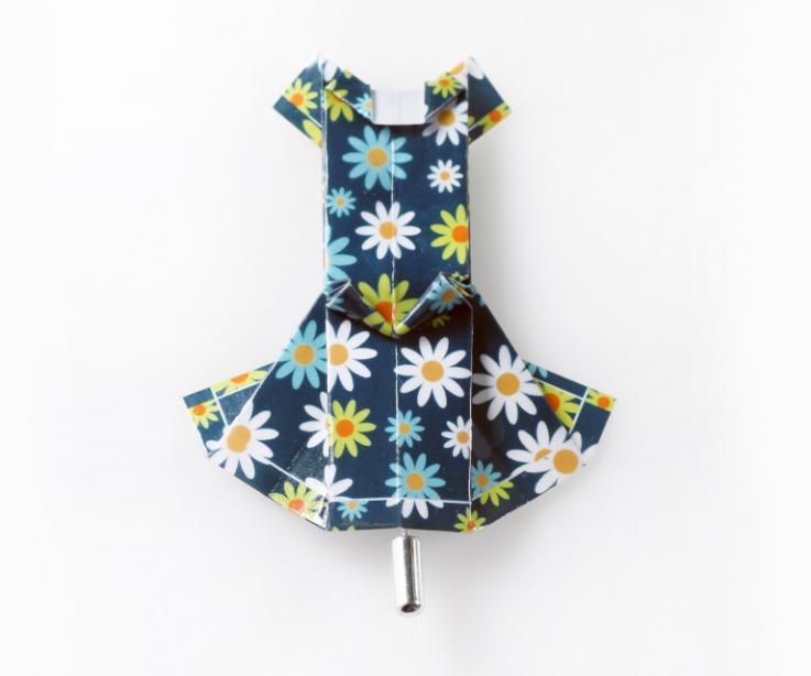 Broche forma vestido de papel azul con flores