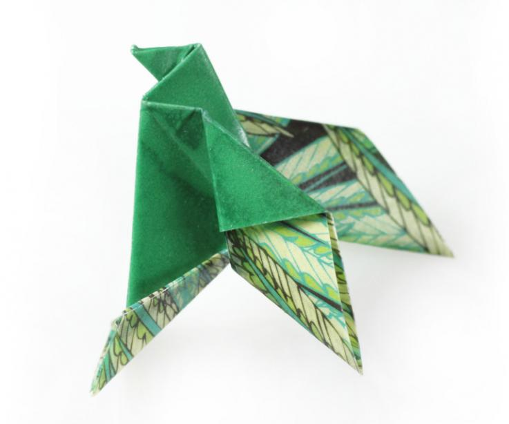Broche de imperdible pájaro de origami, vista frontal