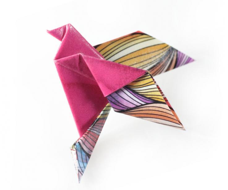 Broche de imperdible para mujer con pájaro de origami, vista frontal