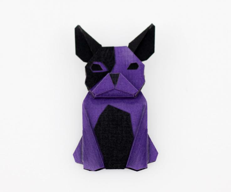 Broche con forma de perro en color morado