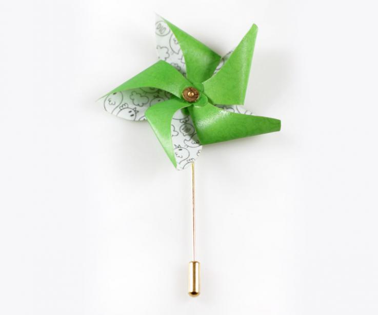 Needle for the lapel in the shape of a paper pinwheel
