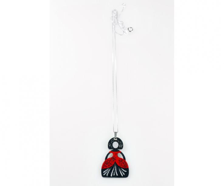 Ligero colgante con figura de menina fabricado a mano con papel tratado y cadena de plata. Artesanía de Galicia. Homenaje a Velázquez