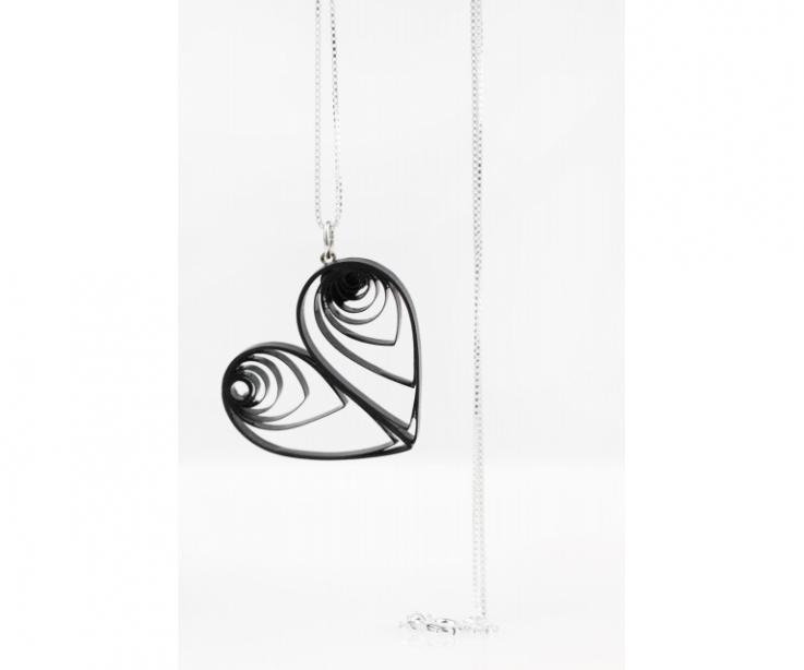 Colgante original corazón artesanal papel y plata, vista frontal