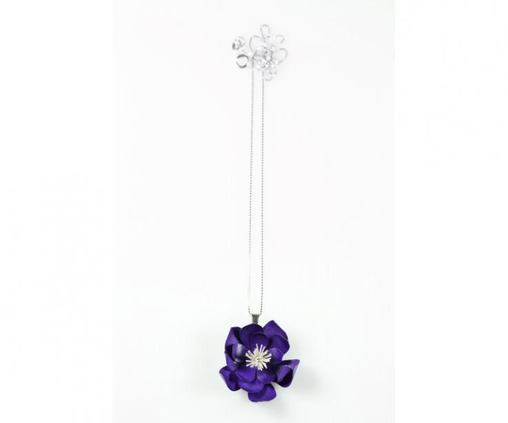 Pendant in the shape of a flower manufactured in paper treated with sterling silver chain