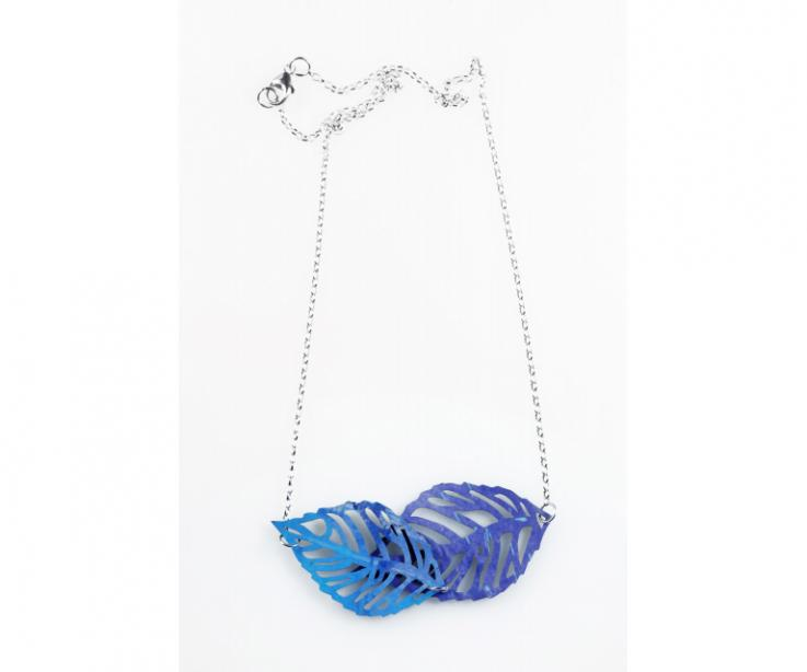 Light and natural leaves necklace for woman in silver, front view