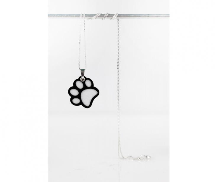 Colgante con cadena de plata y huella de perro blanca