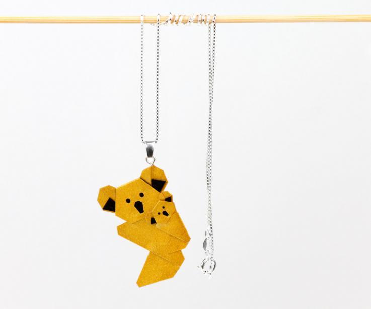Vista frontal de dos suaves koalas símbolo de la maternidad y el cariño que con el balanceo en su cadena de plata te conquistaran.