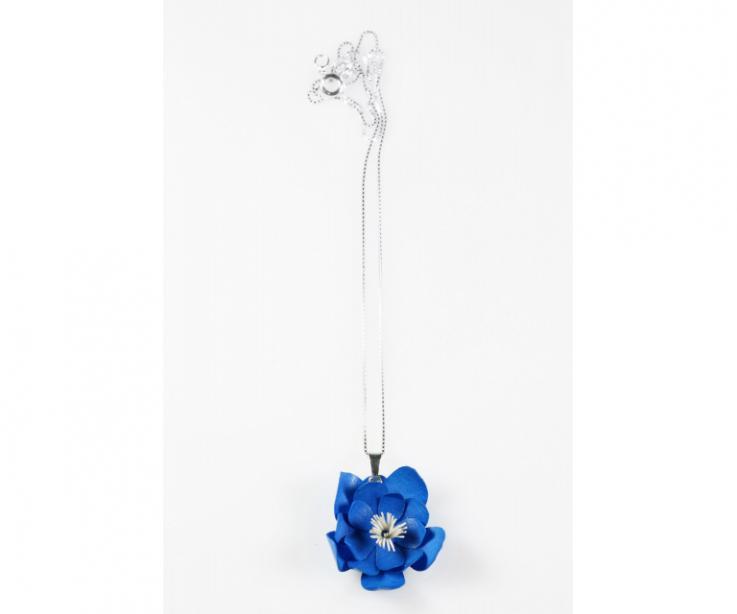Fina cadena de plata de Ley de la que cuelga una flor 3D de color azul, trabajado pétalo a pétalo fabricada con papel tratado