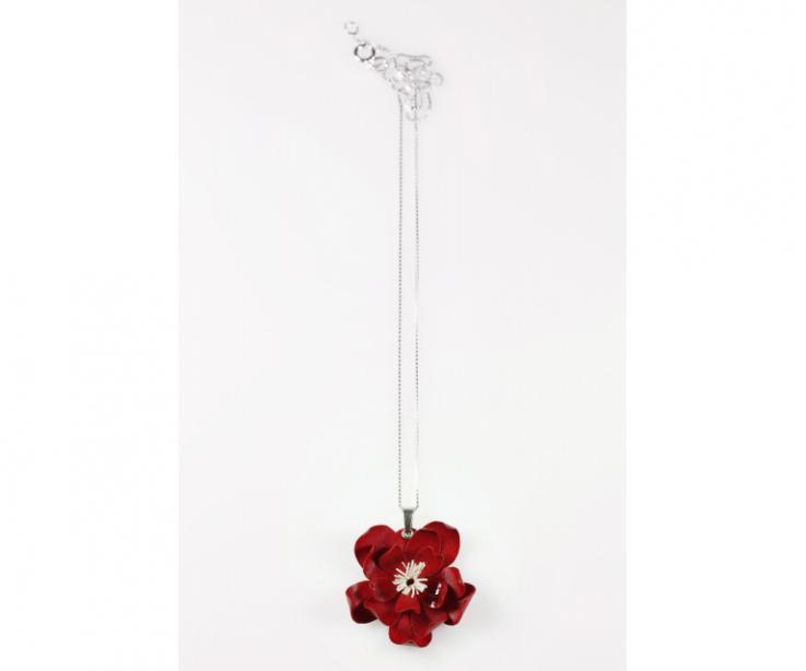 Cadena fina de plata de Ley 925 con colgante con forma de flor roja diseñada en Galicia