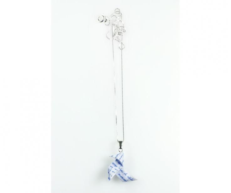 Collar pajarita papel con cadena de plata, vista frontal