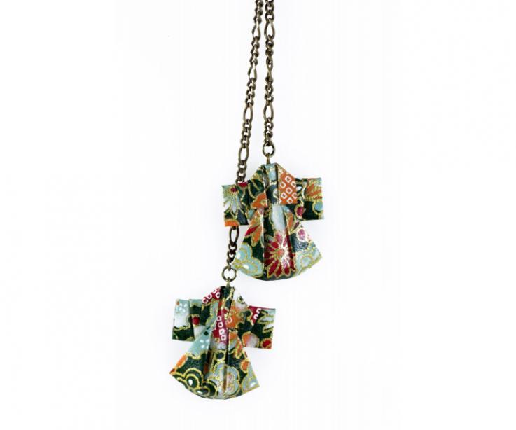 Collar para mujer accesorio oriental con kimonos de papel, vista frontal