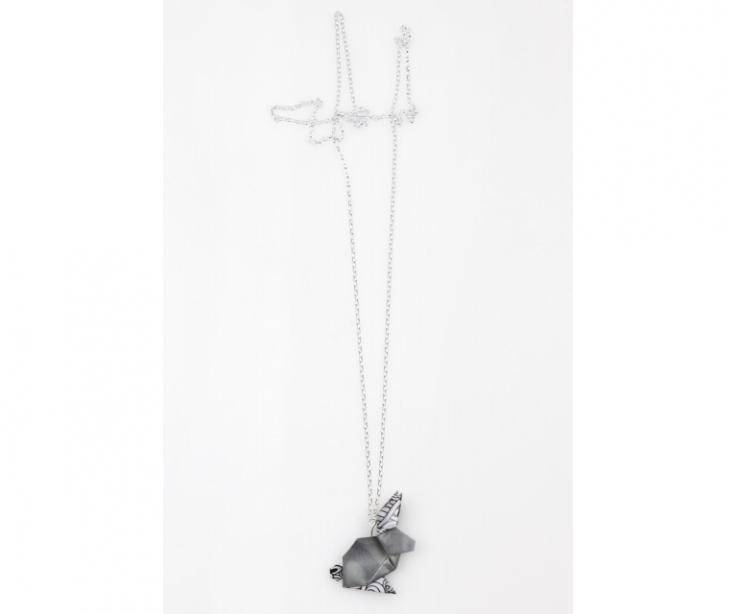 Collar de plata y conejo negro de origami