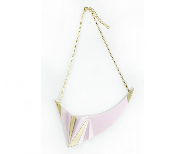 Short gold necklace at low prices. Pink metallic paper. Diamond inspiration