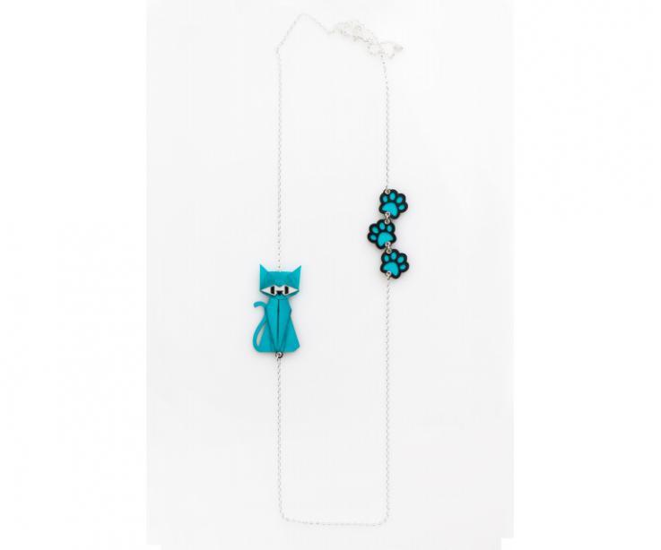 Collar de plata con un gato azul de origami y huellas