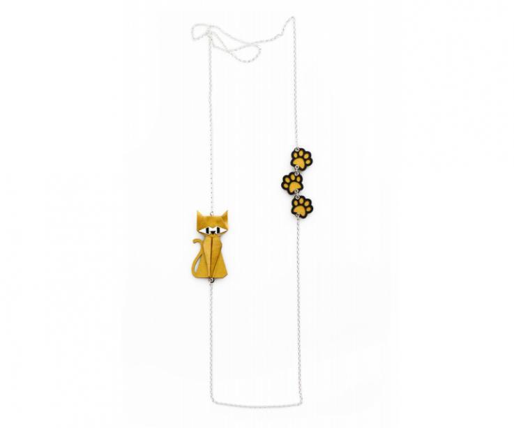 Collar de plata con un gato dorado de origami y huellas