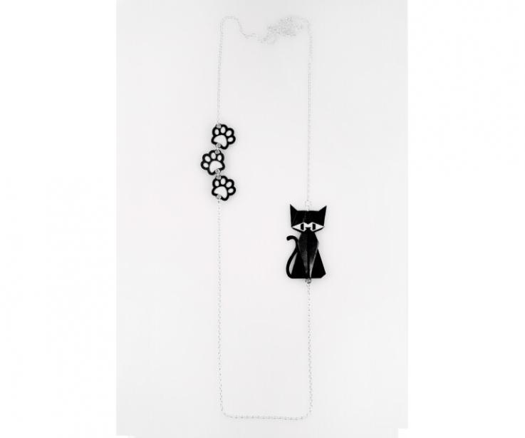 Collar de plata con un gato negro de origami y huellas
