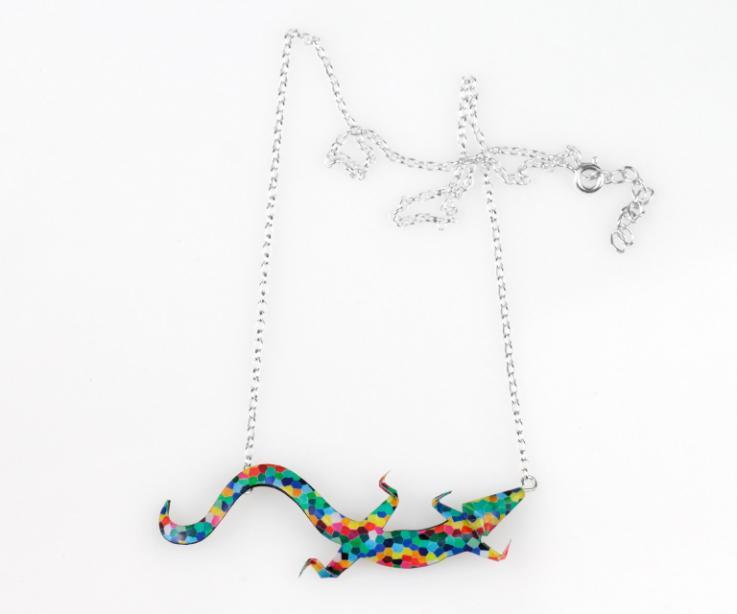 Preciosa gargantilla diseñada mezclando la forma de un lagarto y un caleidoscopio lleno de color, resistente al agua y a un precio imbatible.