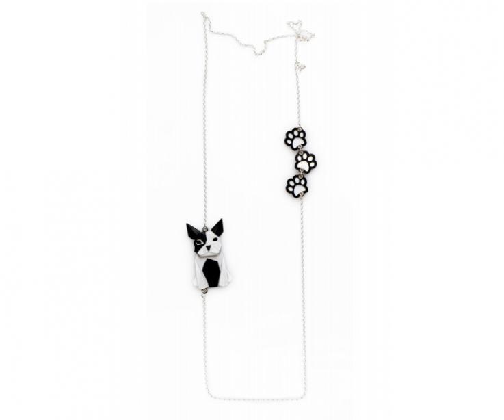 Collar de plata con un perro negro y blanco de origami y huellas