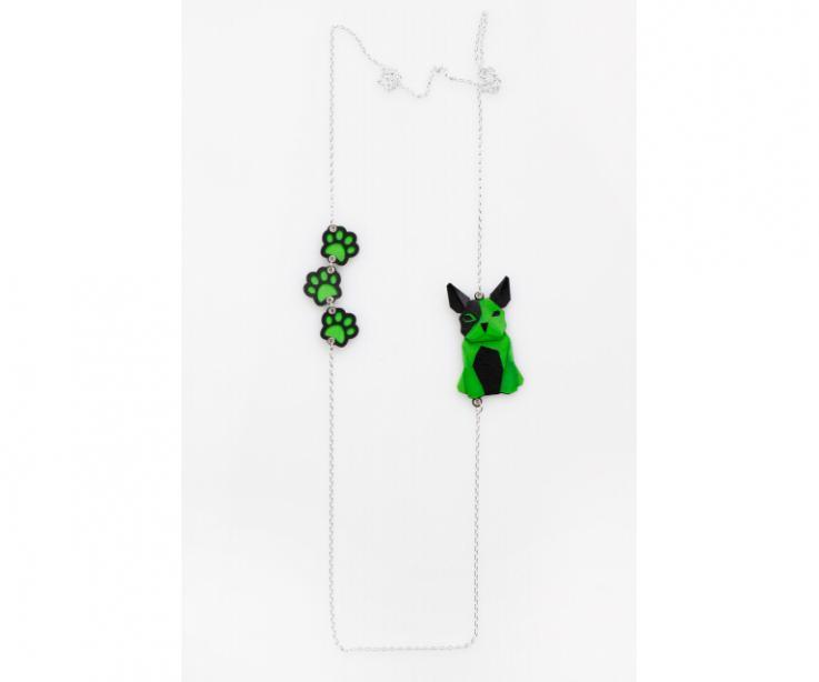 Collar de plata con un perro verde de origami y huellas