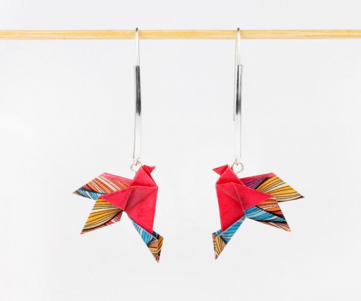 Pendientes de oro modernos pájaro papel, vista frontal