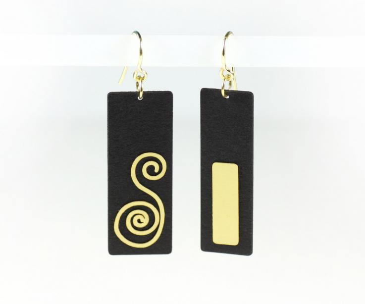 Pendientes de papel negro tratado y engarzado en plata bañada en oro