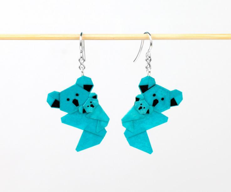 Pendientes koala de resistente papel vistos frontalmente en color azul y montados con ganchos de plata de ley para no tener que preocuparse por las alergias.