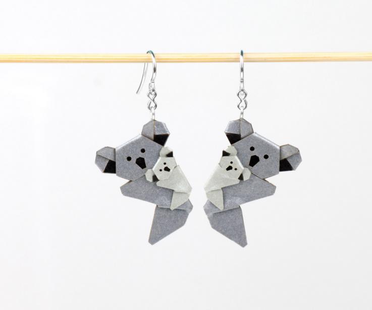 Tiernos pendientes símbolo de la maternidad, ternura y protección con forma de koalas diseñados en papel tratado y plata.