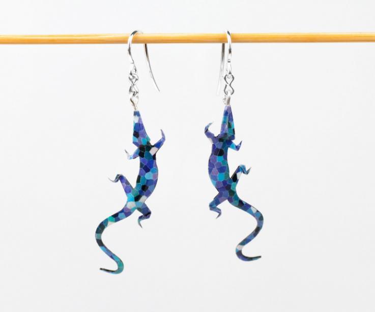Ligeros y divertidos pendientes de origami con forma de salamandra en elegantes tonos azules, tratados para resistir agua y golpes.
