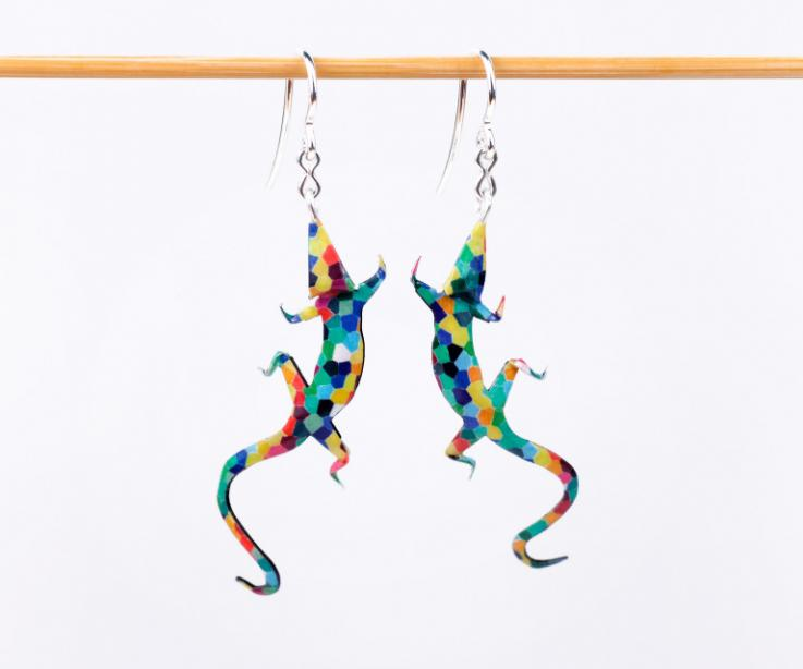 Sumérgete en el caleidoscopio de colores que forma esta pareja de largartos de papiroflexia montados en plata a un precio low-cost.