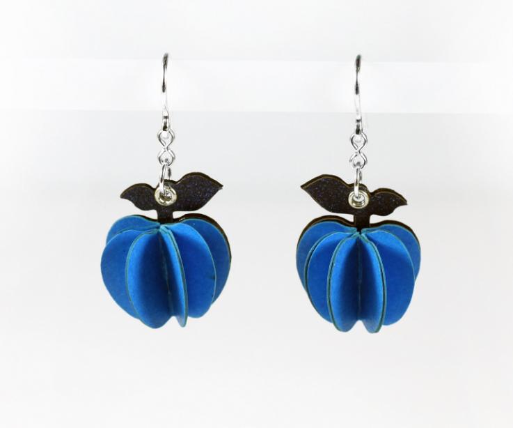 Homenaje a René Magritte con pendientes manzana de color azul