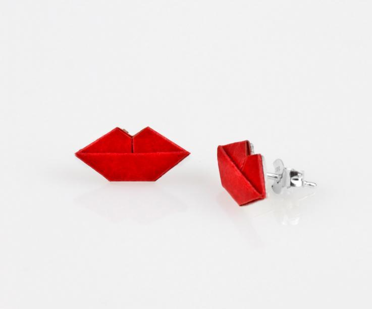 Originales pendientes cortos con engastes de papel de color rojo intenso modelado en forma de labios y con cierres de presión en tonos plateados.