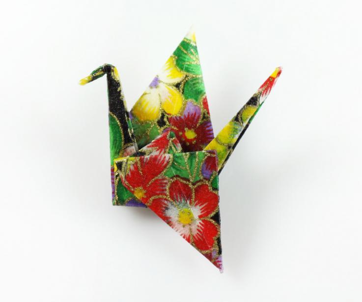 Broche de imperdible grulla papel de Japón, vista frontal