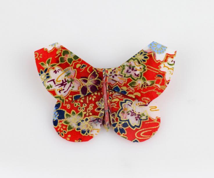 Broche mariposa en rojo con estampado japonés, vista frontal