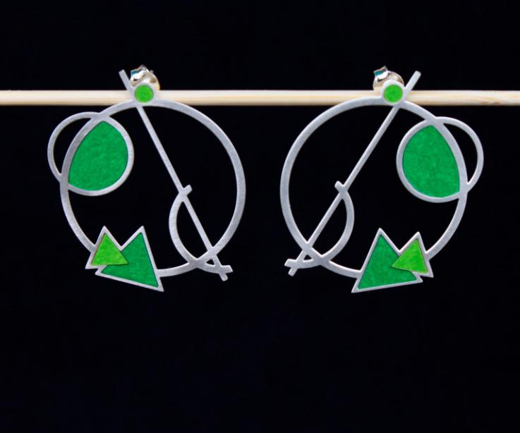 Dos zarcillos de amapolas tipo gancho, de plata 925 tallada e incrustaciones de flores hechas de papel, pintadas y modeladas a mano en color verde.