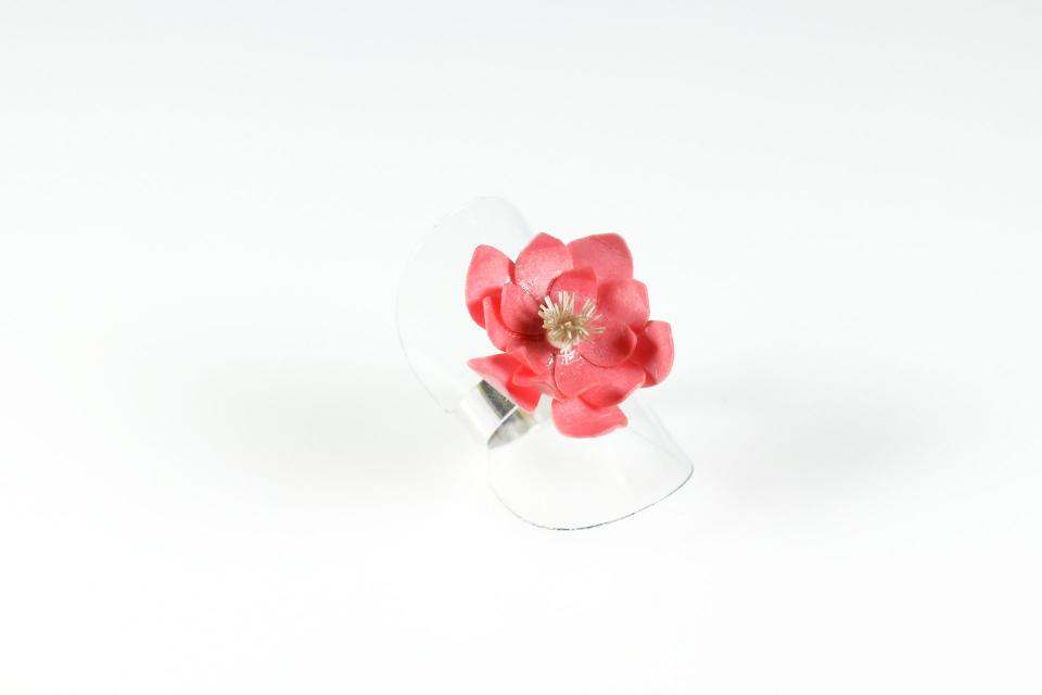 Accessory of silver to shine in your hands in the shape of a rose-colored water lily flower