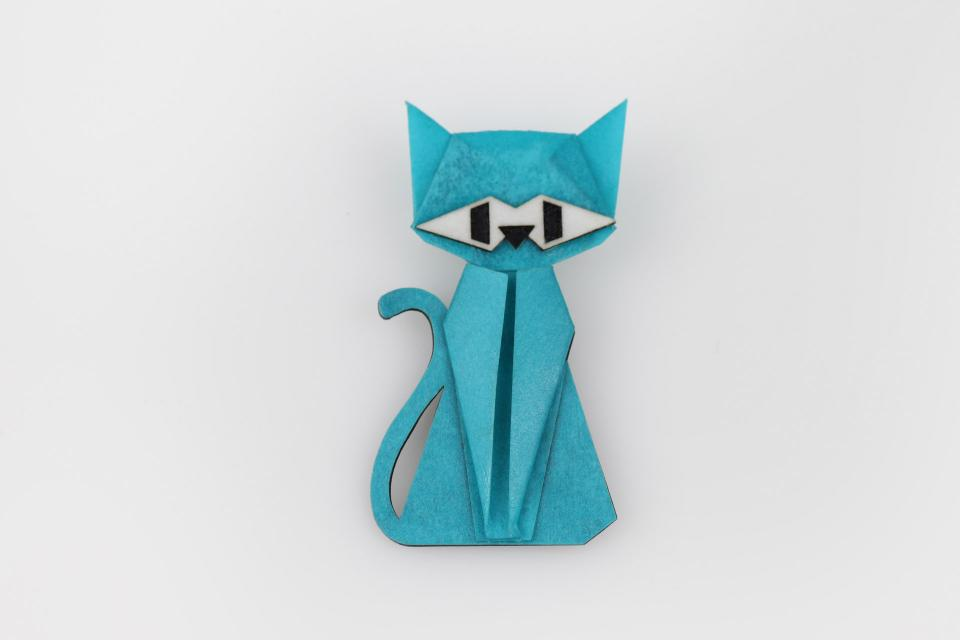 Cat-shaped brooch in blue